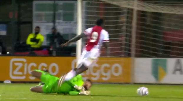 Brobbey (Jong Ajax) versiert penalty met snoekduik: Oh, dat was een schwalbe, ja