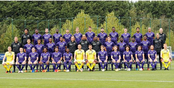 Anderlecht neemt nieuwe ploegfoto, al zijn er twee opvallende afwezigen