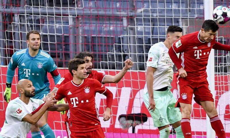 Afbeelding: Bosz kan na verschrikkelijke blunder tóch lachen op verjaardag, misstap Bayern