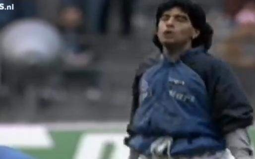 Iconische beelden: Maradona houdt de bal omhoog tijdens 'Live is Life'