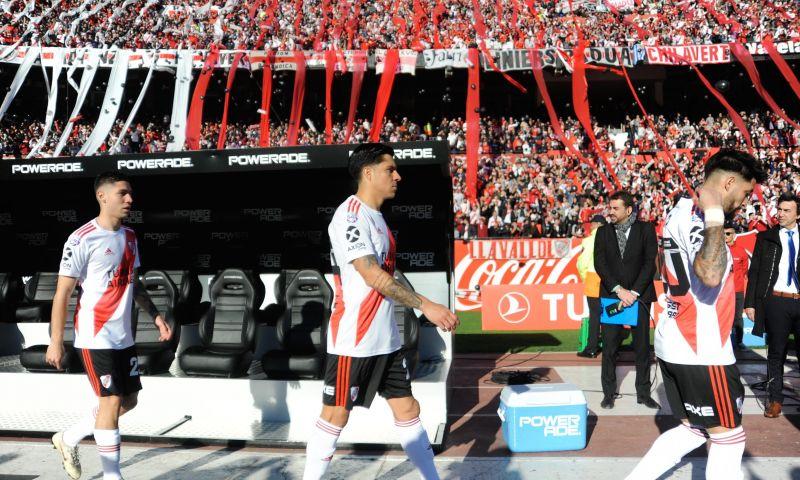 Afbeelding: Matias Suarez krijgt het hard te verduren in 'superclassico'