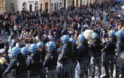 Afbeelding: Gevangenisstraffen tot 4 jaar voor Feyenoord-fans die Romeinse fontein vernielden
