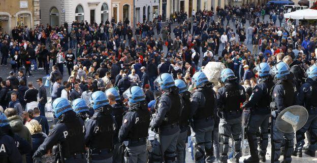 Gevangenisstraffen tot 4 jaar voor Feyenoord-fans die Romeinse fontein vernielden