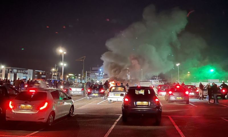 Afbeelding: Politie krijgt steun van fanatieke voetbalfans: 'Laten onze stad niet vernielen'