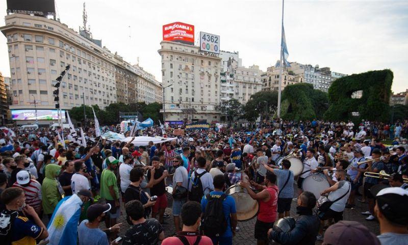Afbeelding: Argentijnen massaal de straat op voor Maradona: 'Hij is vermoord'