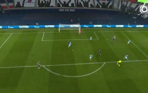 Spelers PSG roepen om penalty nadat Neymar door teamgenoot neergehaald wordt