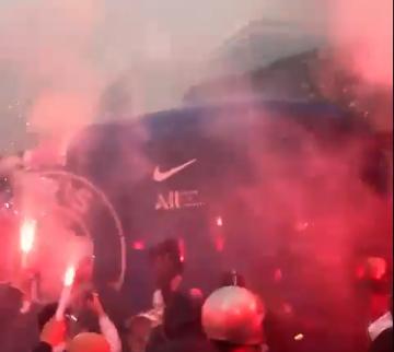 Corona lijkt vergeten in Parijs: PSG-fans verwelkomen spelersbus met vuurwerk