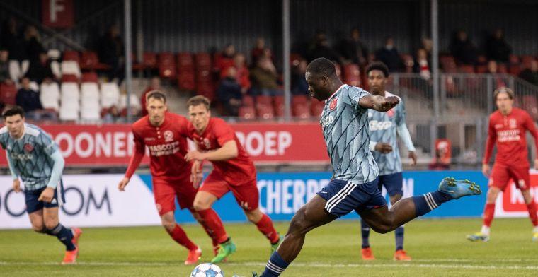 Buitenspel: Almere City feliciteert Ajax op ludieke wijze met landstitel