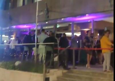 Verstoorde nachtrust: feest met luide muziek op terras van Oranje-hotel