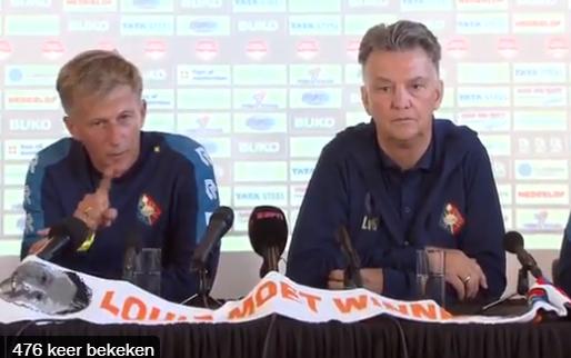 """Jarige Jonker toegezongen tijdens persconferentie Van Gaal: """"Eén, twee, drie..."""""""