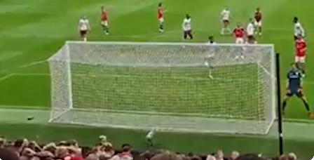 Aston Villa-doelman Martínez daagt Man United-publiek uit na misser Fernandes