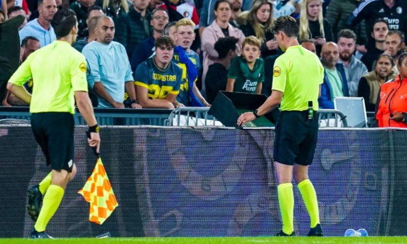 Afbeelding: VAR en arbiter Kooij verschillen van mening bij 4-3 Feyenoord: 'Bepalend moment'