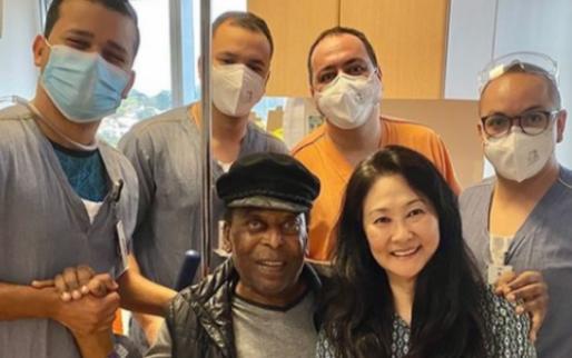 Afbeelding: Pelé mag ziekenhuis verlaten na darmoperatie: 'Zo blij om weer thuis te zijn'