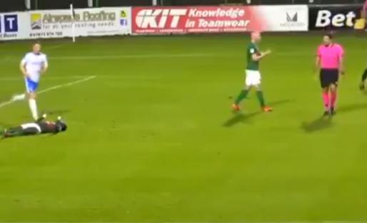 Noord-Ierse keeper slaat teamgenoot knock-out na tegengoal en krijgt rood