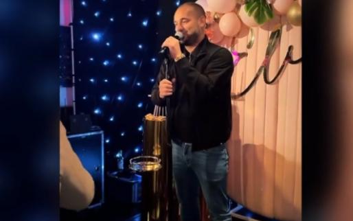 Sneijder zingt zaakwaarnemer Frenkie de Jong en vrouw toe in het Arabisch