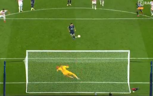 Mbappé wijst Messi aan voor penalty met ijskoude panenka als gevolg