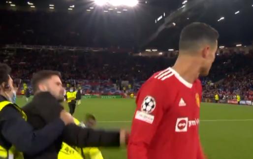 Ronaldo kijkt verbaasd om: veldbestormer grijpt United-ster bij het shirt