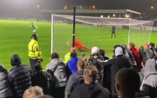 Viral uit Engeland: penalty eindigt op hoofd van nietsvermoedende steward