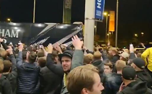 Vitesse-fans zwaaien spelersbus Tottenham uit: 'You're fucking shit!'