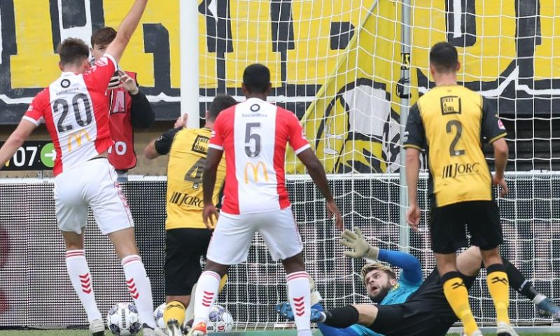 Afbeelding: Roda verliest van Emmen na onbegrijpelijk eigen doelpunt van Marzo