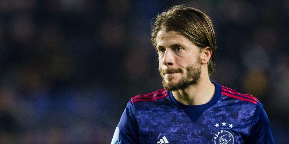 Ajacied pislink na late psv goal smeet een kussen op de for Ajax kussen