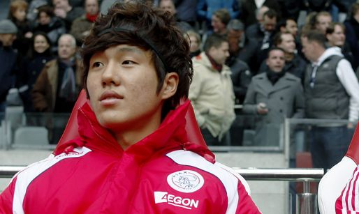 Afbeelding: Spits draagt Ajax-logo: