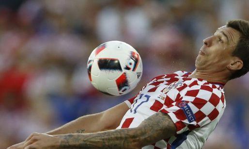 Afbeelding: Mandzukic pijnigt Eredivisie-trio, Oranje-beulen ontsnappen laat