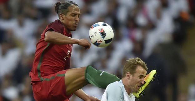 Kane krijgt doodschop van Alves: Het was geen geweldige actie van hem